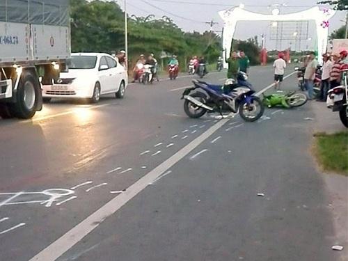 tai nạn giao thông ngày mùng 4 Tết: Đi chơi Tết, hai thanh niên va chạm với xe khách tử vong