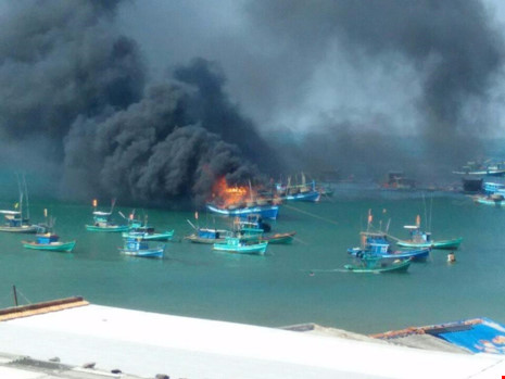 Hiện trường vụ cháy tàu câu mực ở Phú Quốc. Ảnh: Pháp luật TP. Hồ Chí Minh