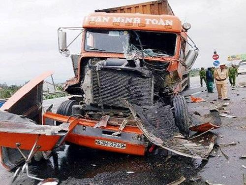 tai nạn giao thông ngày 15/2: Xe khách chạy tốc độ cao cán tử vong 2 cháu bé