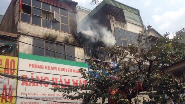 Ngay khi nhận được thông tin, Phòng Cảnh sát PCCC số 1 đã điều 3 xe chữa cháy xuống hiện trường và tổ chức dập lửa. Đến 13h40 cùng ngày đám cháy đã được dập tắt. Ảnh: Dân trí