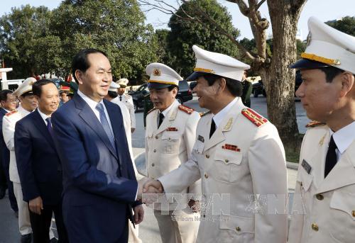 Chủ tịch nước và cán bộ, chiến sĩ lực lượng vũ trang tỉnh Thanh Hóa. Ảnh: TTXVN