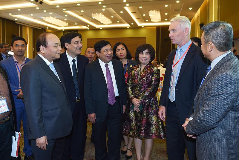 Thủ tướng trao đổi với các nhà đầu tư tham dự Hội nghị. Ảnh: VGP