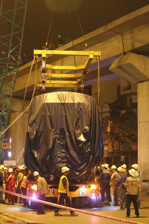 Để cẩu được toa tàu, nhà thầu phải sử dụng cẩu trục loại 250 tấn. Các kỹ sư sử dụng một giá đỡ nối dây cáp lớn ở hai đầu để việc đưa tàu lên được cân bằng. Ảnh: Vnexpress