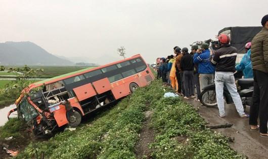 Chiếc xe khách bị lao xuống ruộng ở vệ đường sau va chạm mạnh. Ảnh: Gia đình và Xã hội