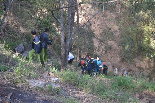 12h30 ngày 23/2 lực lượng chức năng địa phương đã vớt được xác 2 nạn nhân. Ảnh: Vnexpress