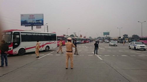 Hơn 70 xe khách di chuyển theo đoàn trên cao tốc Pháp Vân - Ninh Bình về Hà Nội phản ánh những bất cập trong công tác điều chuyển luồng tuyến sáng 28/2. Ảnh: Tiền Phong