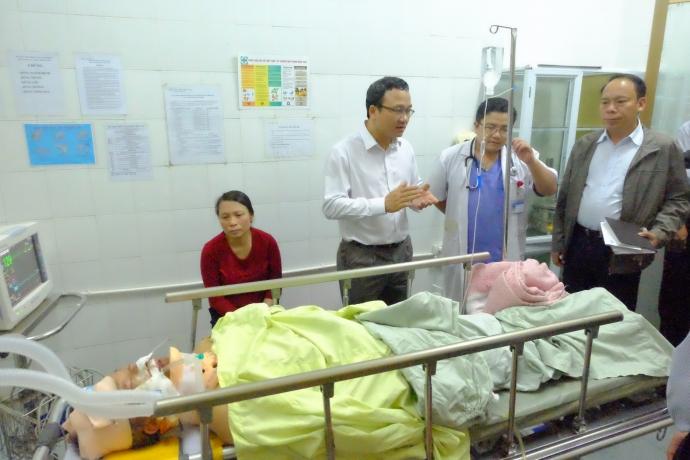 Ông Khuất Việt Hùng đến thăm hỏi nạn nhân vụ tai nạn ở Hà Nam. Ảnh: báo Giao thông