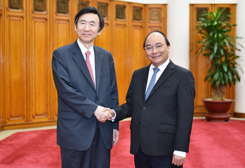 Thủ tướng Nguyễn Xuân Phúc tiếp Bộ trưởng Ngoại giao Hàn Quốc Yun Byung-se. Ảnh: VGP