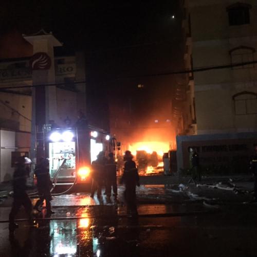 Khoảng 21 giờ ngày 23/3, ngọn lửa bất ngờ bùng cháy trở lại. Ảnh: Thanh niên