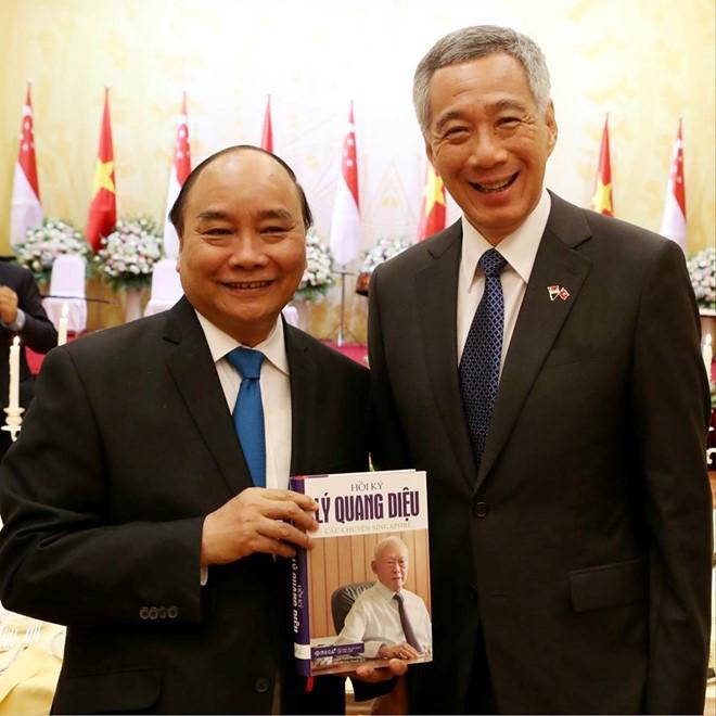 """Thủ tướng Lý Hiển Long tặng cuốn sách """"Hồi ký Lý Quang Diệu – Câu chuyện Singapore"""" cho Thủ tướng Nguyễn Xuân Phúc"""