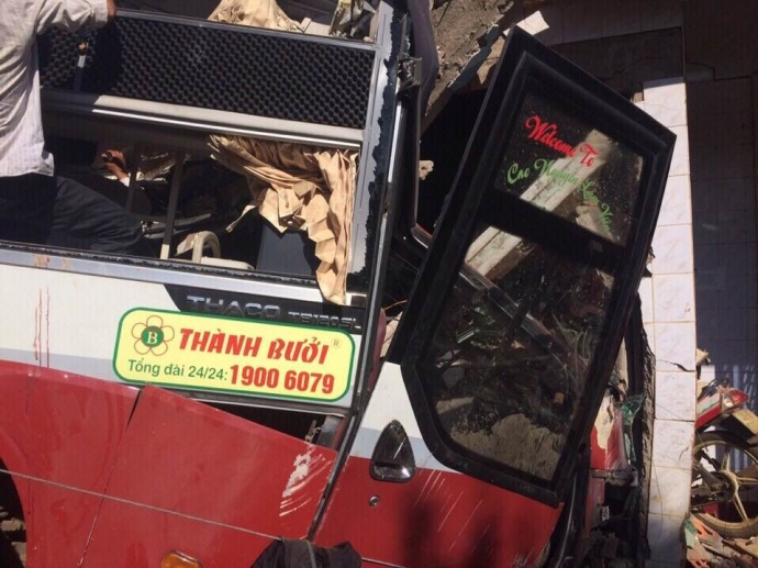 Xe khách Thành Bưởi bị hư hỏng nặng sau tai nạn giao thông. Ảnh: báo Giao thông