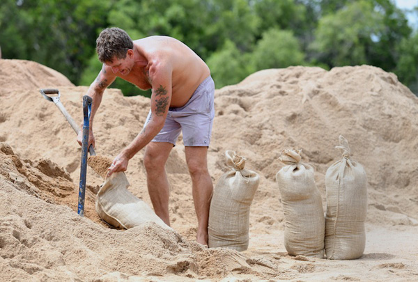 Barry Simmonds, một người dân địa phương đóng đầy các bao cát để chuẩn bị cho trận bão Debbie tại thành phố Townsville, bang Queensland, miền Nam Australia vào ngày 26/3/2017. Ảnh: Reuters
