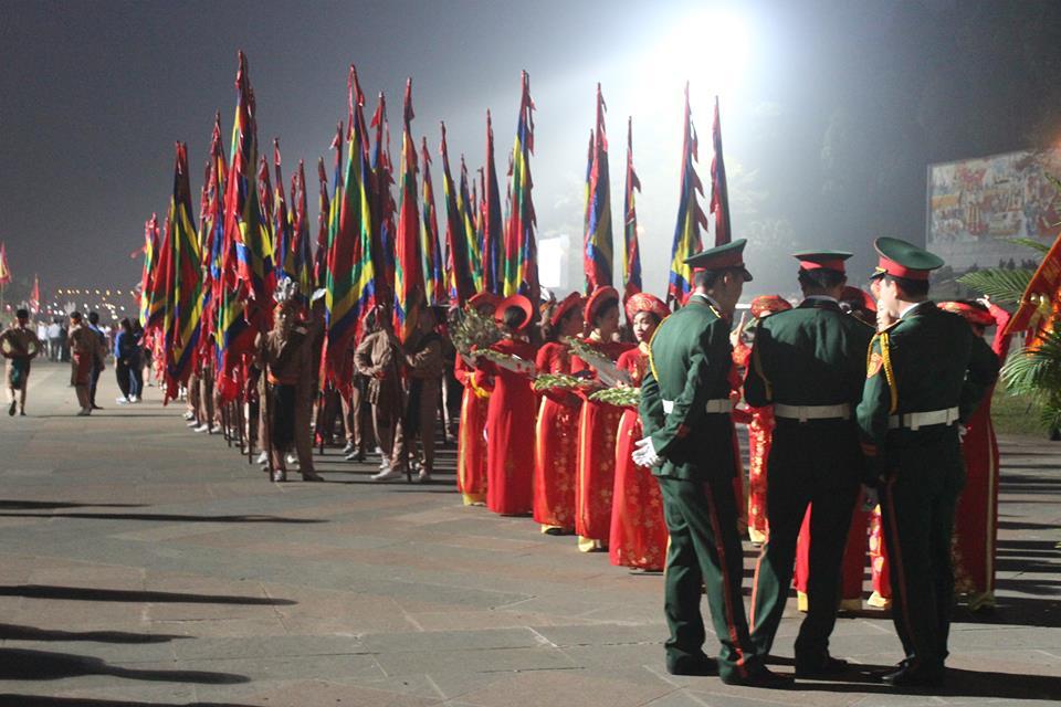 5h sáng, đội lễ đã có mặt có sân trung tâm để chuẩn bị lễ dâng hương