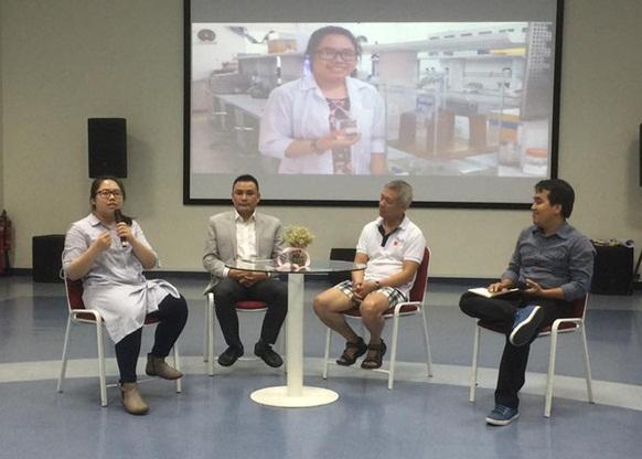 Giáo sư Trương Nguyện Thành mặc quần đùi trong giờ học về sáng tạo. Ảnh: Facebook
