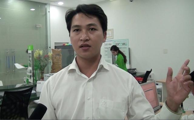 Anh Huỳnh Thanh Sang - nhân viên ngân hàng kể lại giây phút tên cướp đột nhập. Ảnh: Tuổi trẻ