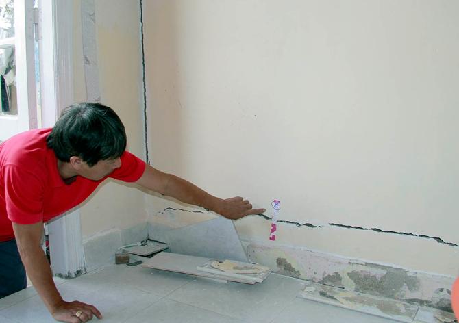 Căn nhà trên đường Trương Công Định bị nứt nhiều khu vực trong nhà, cửa bị xê dịch không thể đóng, mở. Ảnh: Nhân dân