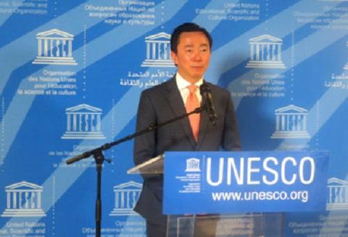 Đại sứ Phạm Sanh Châu trả lời phỏng vấn tại cuộc thi. Ảnh: VOV