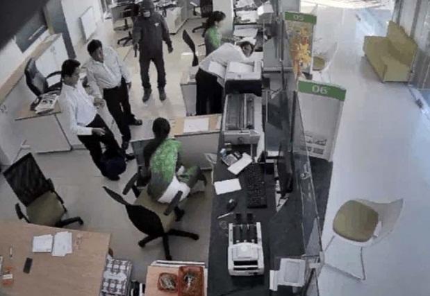 Hiện trường vụ cướp ngân hàng ở Trà Vinh. Ảnh cắt từ clip