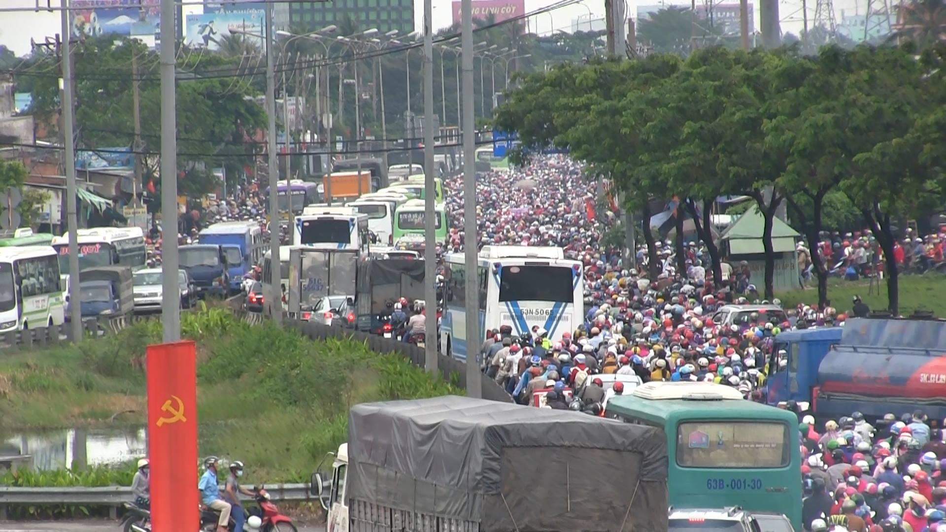 Hàng ngàn phương tiện kẹt cứng, giao thông hỗn loạn đo đường ngập và lượng phương tiện quá lớn. Ảnh: Infonet