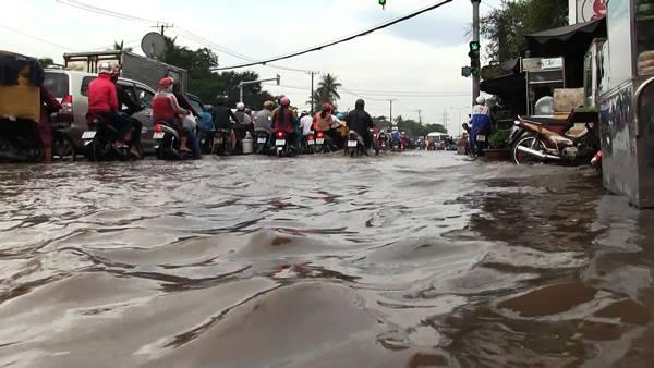 Lo sợ xe chết máy, nhiều người phải tấp lề đường chờ nước rút. Ảnh: VietNamNet