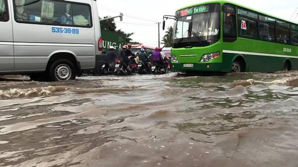 ''Sáng nay mưa rất to và biết đường quốc lộ 1 sẽ bị ngập nên tôi chờ đến hơn 9h mới lên xe máy để về quê. Nào ngờ, nước ngập quá sâu và kéo dài khiến tôi và hàng ngàn người phải cày ải, khổ sở''- anh Văn Nam (quê Tiền Giang) ngao ngán nói. Ảnh: VietNamNet