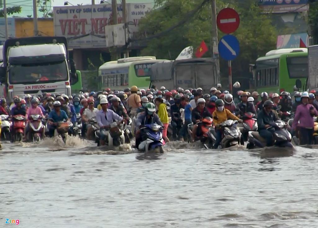 Gần 10h, nhiều nơi nước vẫn còn ngập, giao thông vẫn tắc nghẽn khiến dòng người về quê nghỉ lễ khốn đốn. Ảnh: Zing.vn