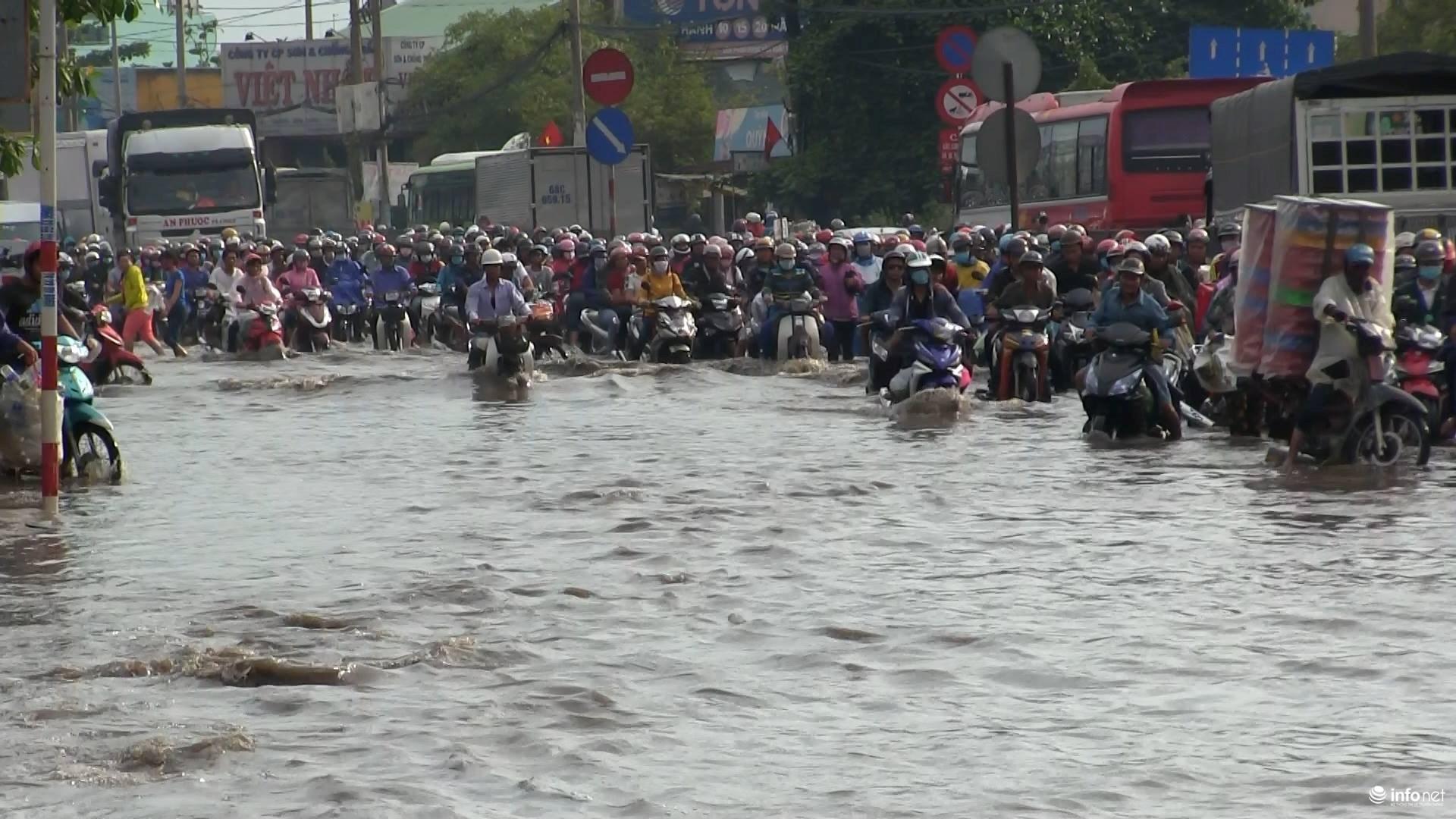 báo Infonet đưa tin, cơn mưa như trút nước rạng sáng nay khiến Quốc lộ 1A đoạn qua quận Bình Tân, Bình Chánh bị ngập sâu hàng ngàn phương tiện bị ùn ứ kéo dài.