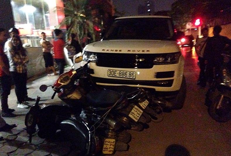 Chiếc xe Range Rover gây tai nạn liên hoàn trên đường phố Hà Nội. Ảnh: Infonet