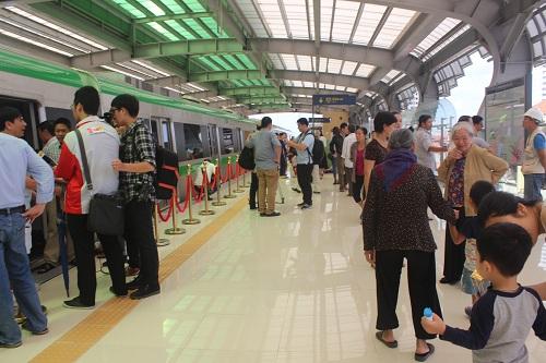 Khá đông người dân đã đến tham quan tàu Cát Linh - Hà Đông ở ga La Khê. Ảnh: Ánh Ngân