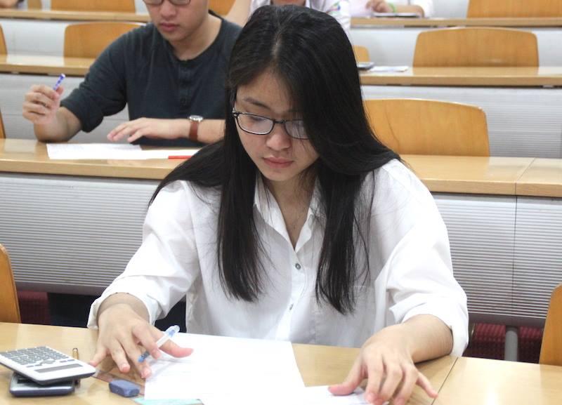 Sáng nay, thí sinh bắt đầu làm bài thi môn Toán. Ảnh: VietNamNet