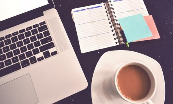 Lạm dụng cà phê khiến dân văn phòng dễ bị mắc chứng đau dạ dày. Ảnh minh họa