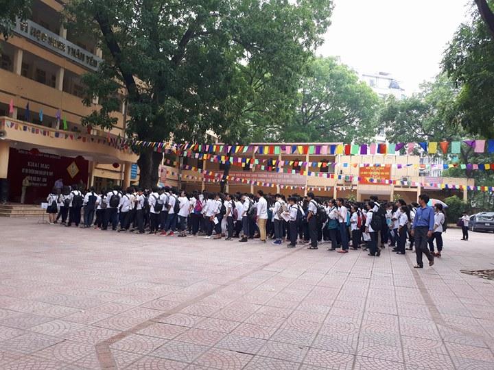 Tại điểm thi trường THPT Lê Quý Đôn (Đống Đa), đúng 7h sáng các em làm lễ chào cờ chuẩn bị vào phòng thi.