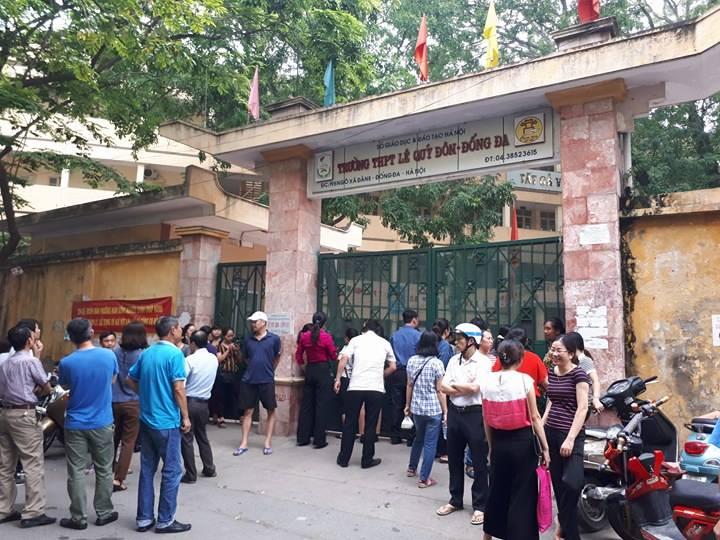 Các phụ huynh đứng đợi con ngoài cổng trường THPT Lê Quý Đôn.
