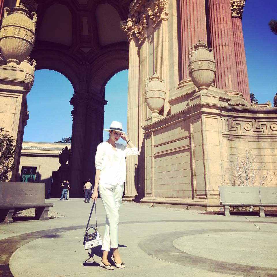 Phạm Hương trông như một fashionista với set đồ all white và mũ rộng vành cùng túi xách hàng hiệu.