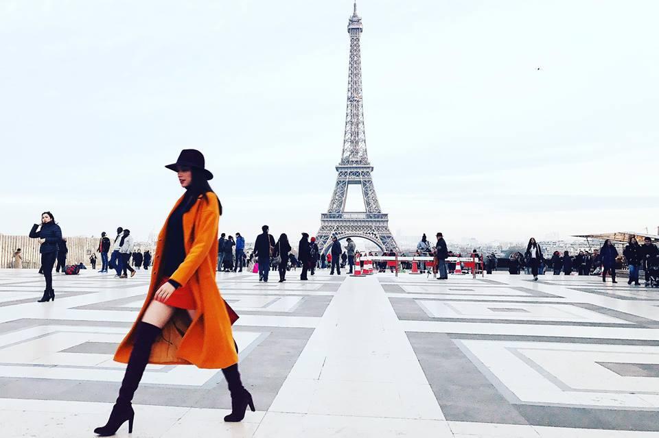 Hoa hậu Hoàn vũ Phạm Hương như một nữ hoàng thời trang bên tháp Eiffel (Pháp)