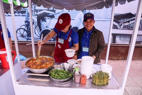 Những người trực tiếp chế biến thức ăn, đồ uống tại phố hàng rong đều được tập huấn về vệ sinh an toàn thực phẩm. Ảnh: Trí thức trẻ