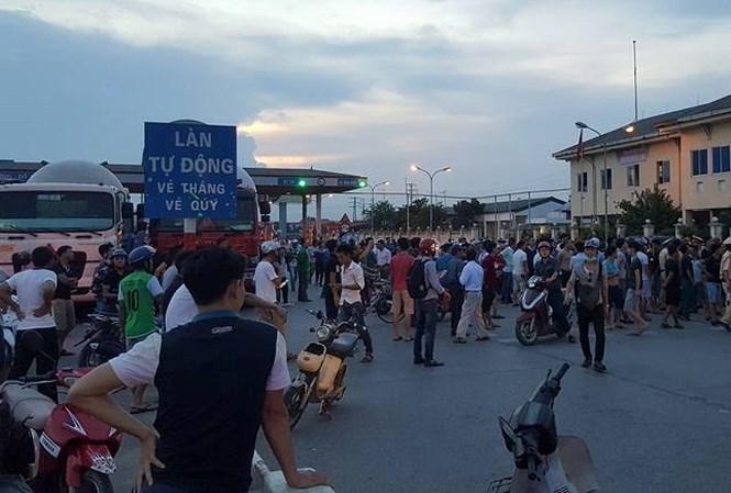 Trạm thu phí số 1 (Văn Lâm) bị tê liệt khi tài xế dùng tiền lẻ thanh toán và người dân tập trung đông. Ảnh: Nguyễn Sơn Hải (Tiền Phong)
