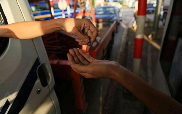 Tài xế trả tiền xu 200 đồng khi qua trạm thu phí BOT Biên Hòa. Ảnh: Thạch Quý (VietNamNet)