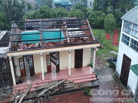 Một ngôi nhà tại thị xã Kỳ Anh bị bão quật tốc mái hoàn toàn. Ảnh: Công an TP. Hồ Chí Minh