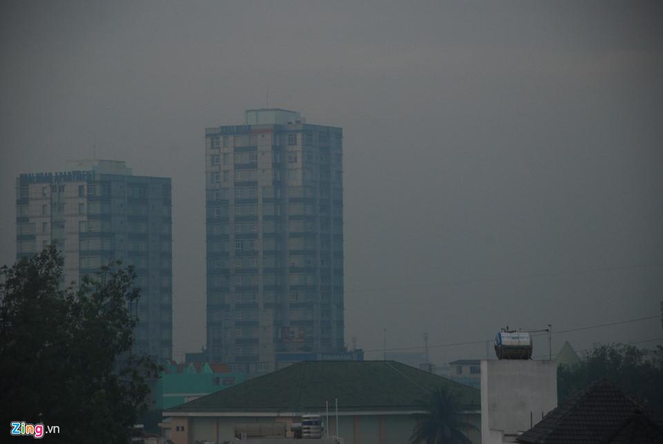 Nhiều tòa nhà cao tầng khuất sau làn sương mù. Ảnh: Tri thức trực tuyến
