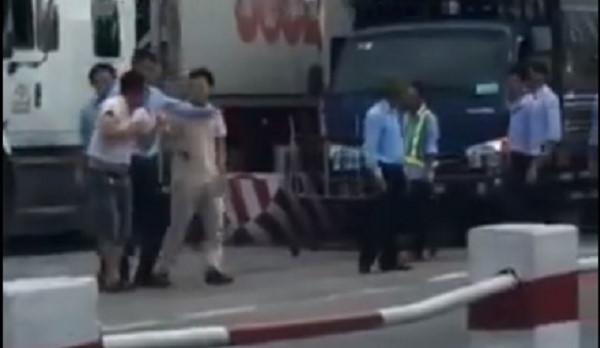 Ba nhân viên trạm thu phí số 2, quốc lộ 5 bị đình chỉ công tác vì hành hung tài xế. Ảnh cắt từ clip (Zing.vn)