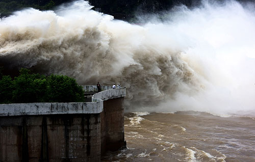 Thủy điện Hòa Bình mở 3 cửa xả lũ vào tháng 7 vừa qua. Ảnh: Giang Huy (VnExpress)