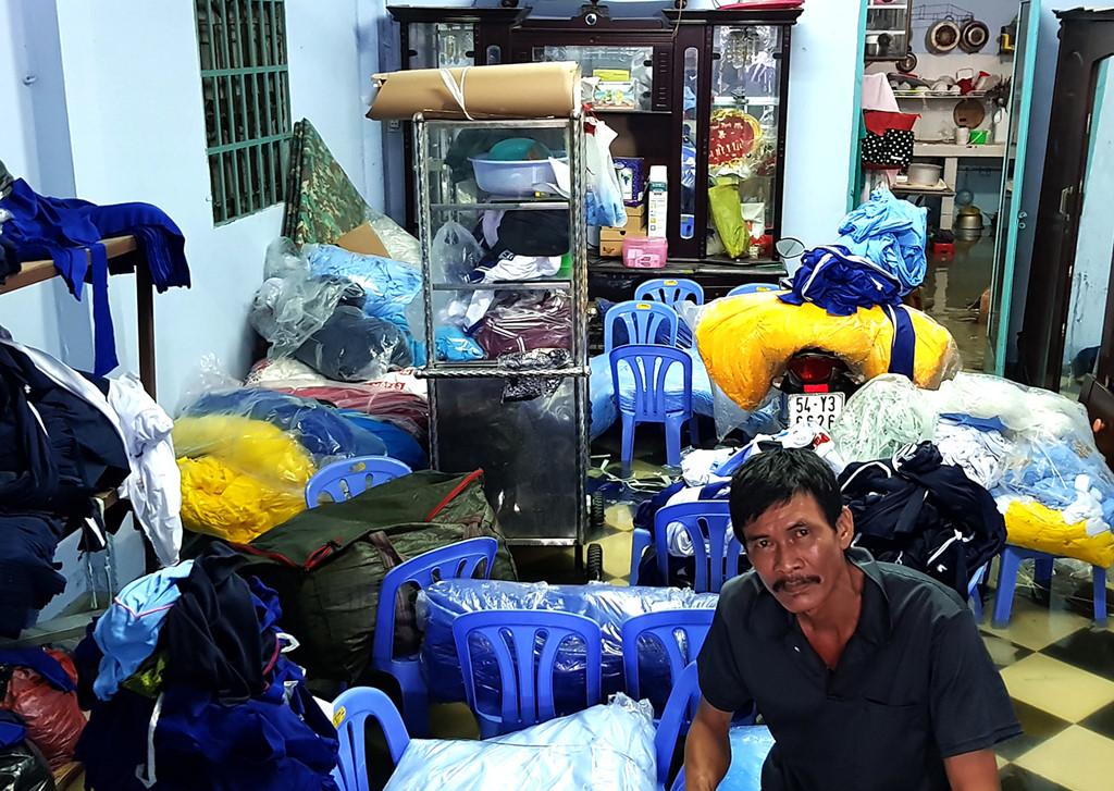 ''Tôi ngủ mê, khi thức dậy thì vải đã bị nước nhấn chìm. Giờ vải ướt, đóng thành cục mà không có chỗ phơi sẽ bị mốc. Thiệt hại ước tính hàng chục triệu đồng'', ông Nguyễn Văn Khánh, 57 tuổi, xót xa. Ảnh: Zing.vn