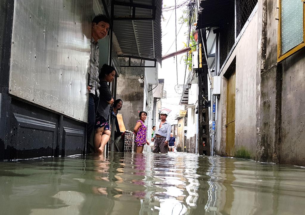 Rạng sáng 13/10, sau cơn mưa lớn, nước từ các kênh rạch đổ vào khu dân cư ở phường Tân Thới Nhất, quận 12. Ảnh:  Zing.vn