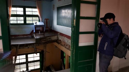 Sàn phòng học đổ sập gần như hoàn toàn. Ảnh: Lâm Viên (Thanh niên)