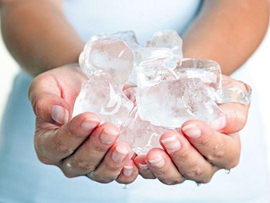Không nên dùng đá lạnh để hạ sốt cho trẻ. Ảnh minh họa