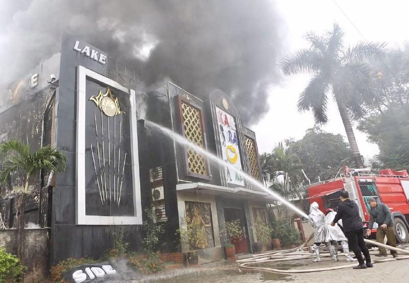 Lực lượng PCCC đang khống chế đám cháy. Ảnh: Trí thức trẻ