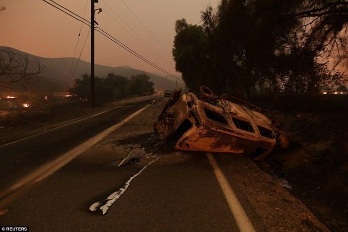 Một xe buýt bị cháy trụi chỉ còn khung sắt. Đám cháy gây thiệt hại ở vùng diện tích hơn 180 km2. Ảnh: Reuters.