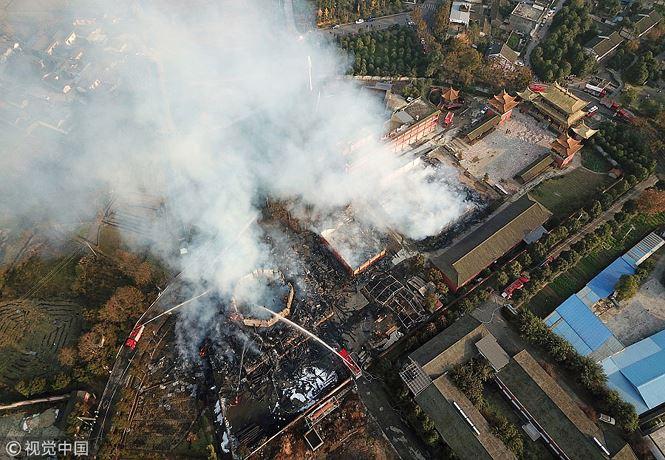 Trong trận động đất lịch sử 8 năm trước, tháp đã bị hư hại nghiêm trọng và hiện vẫn đang trong quá trình tu sửa. Vụ hỏa hoạn hôm 10/12 đã thiêu rụi tòa tháp cổ này. Ảnh: Trung Hoa Nhật báo