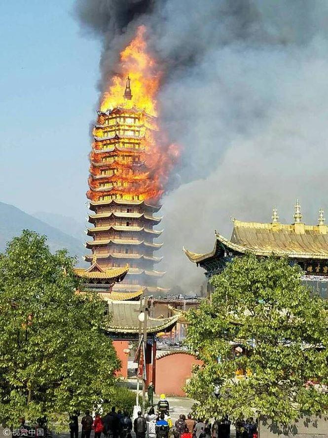 Vụ việc xảy ra vào khoảng 12h trưa ngày 10/12. Hỏa hoạn ban đầu bùng phát ở tòa tháp, nhưng do gió to nên đã nhanh chóng làn sang các công trình của chùa Cửu Long bên cạnh như Đại Hùng bảo điện, Tổ Sư điện, Tì Lư Phật tháp. Ảnh: Trung Hoa Nhật báo